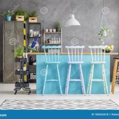 Metal Kitchen Table Sets Mitts 有蓝色餐桌的室库存照片 图片包括有厨房 内部 淡色 空间 设计 金属 白色高凳在蓝色餐桌在屋子内部里与金属衣物柜和容器上对混凝土墙