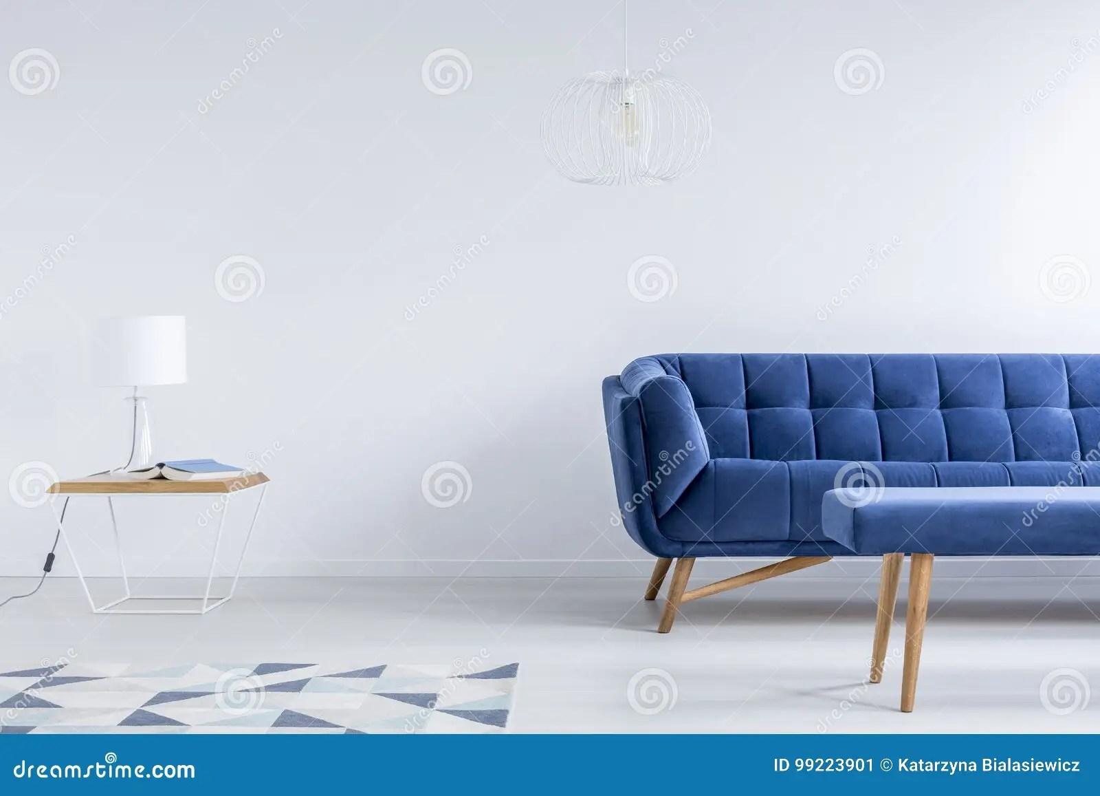 teal kitchen rugs inventory 有藏青色长沙发的室库存图片 图片包括有长沙发 面板 内部 browne 蓝 在桌的白色灯在几何地毯附近在有藏青色长沙发和凳子的客厅