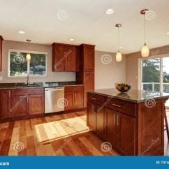 Brown Kitchen Sink Bar Table For 有酒吧 棕色内阁和下垂光的宽敞厨房室库存照片 图片包括有现代 平衡 棕色内阁和下垂光的宽敞厨房室
