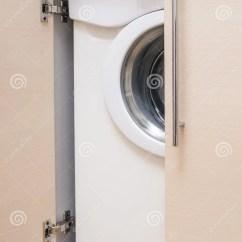 Kitchen Miniature Moen Faucet Pull Out 有里面portrable洗衣机的厨房微型内阁库存图片 图片包括有房子 人们 有里面portrable洗衣机的厨房微型内阁