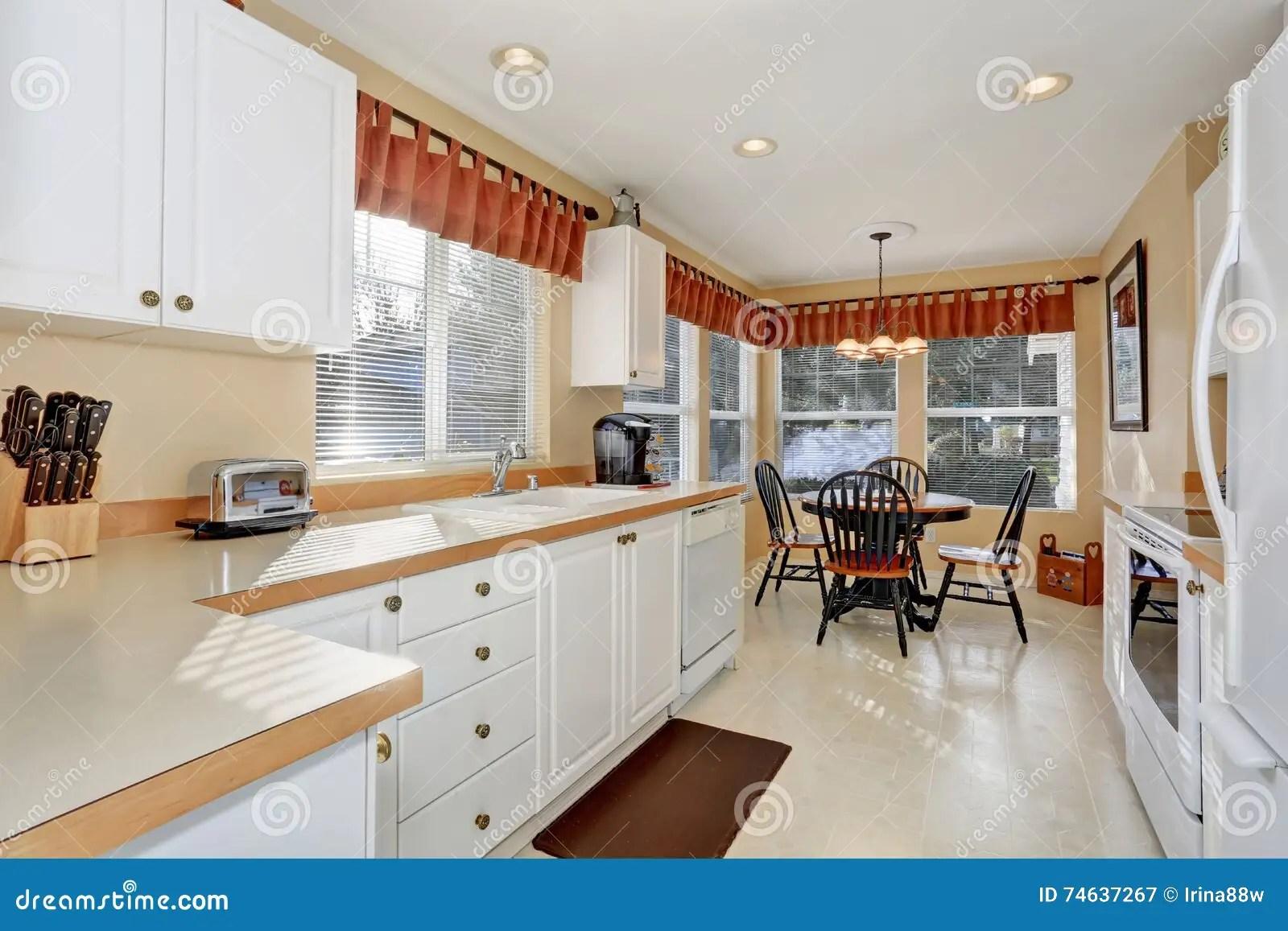 white kitchen cabinets double sink 有钢装置和砖地的白色厨柜库存图片 图片包括有西北 水槽 照亮 火炉 有钢装置和砖地的白色厨柜