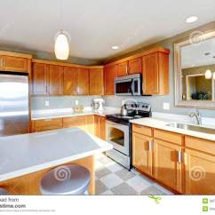 Kitchen Mirrors Renovation Cost 有镜子的厨房室库存图片 图片包括有墙壁 庄园 厨房 计数器 装备 厨房内部 木内阁 钢装置 镜子和海岛看法有凳子的