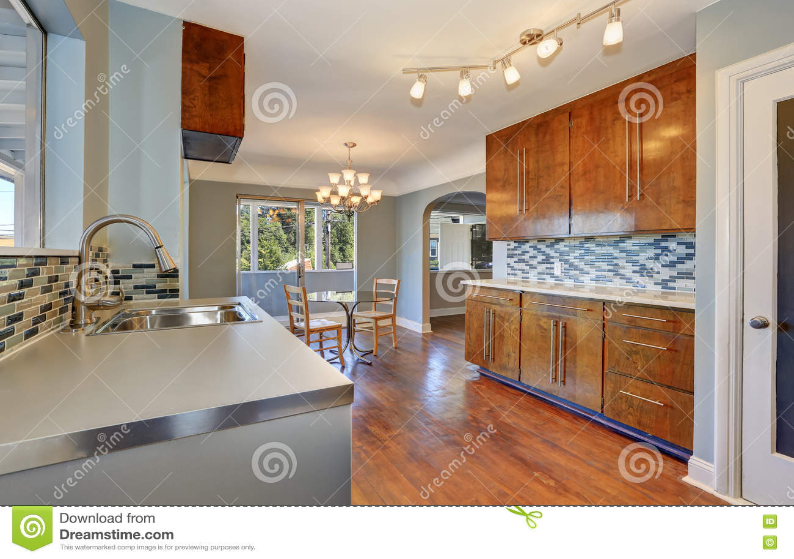 kitchen updates table sets 有餐厅内部和硬木地板的厨房库存照片 图片包括有更新 拱道 内部 空白 有餐厅内部和硬木地板的厨房