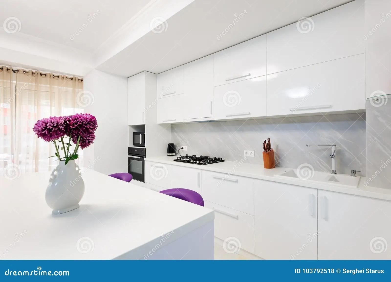 modern kitchen stools epoxy commercial flooring 有餐桌和紫色椅子的现代厨房库存照片 图片包括有居住 凳子 花瓶 照亮 与紫色酒吧椅子的现代白色厨房内部 minimalistic清洗设计