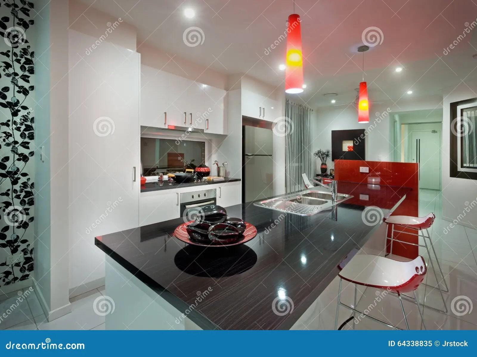 red kitchen chairs cabinet cleaner recipe 有餐桌和美丽的红色椅子的一个厨房库存图片 图片包括有任何地方 家具 有餐桌和美丽的红色椅子的一个厨房