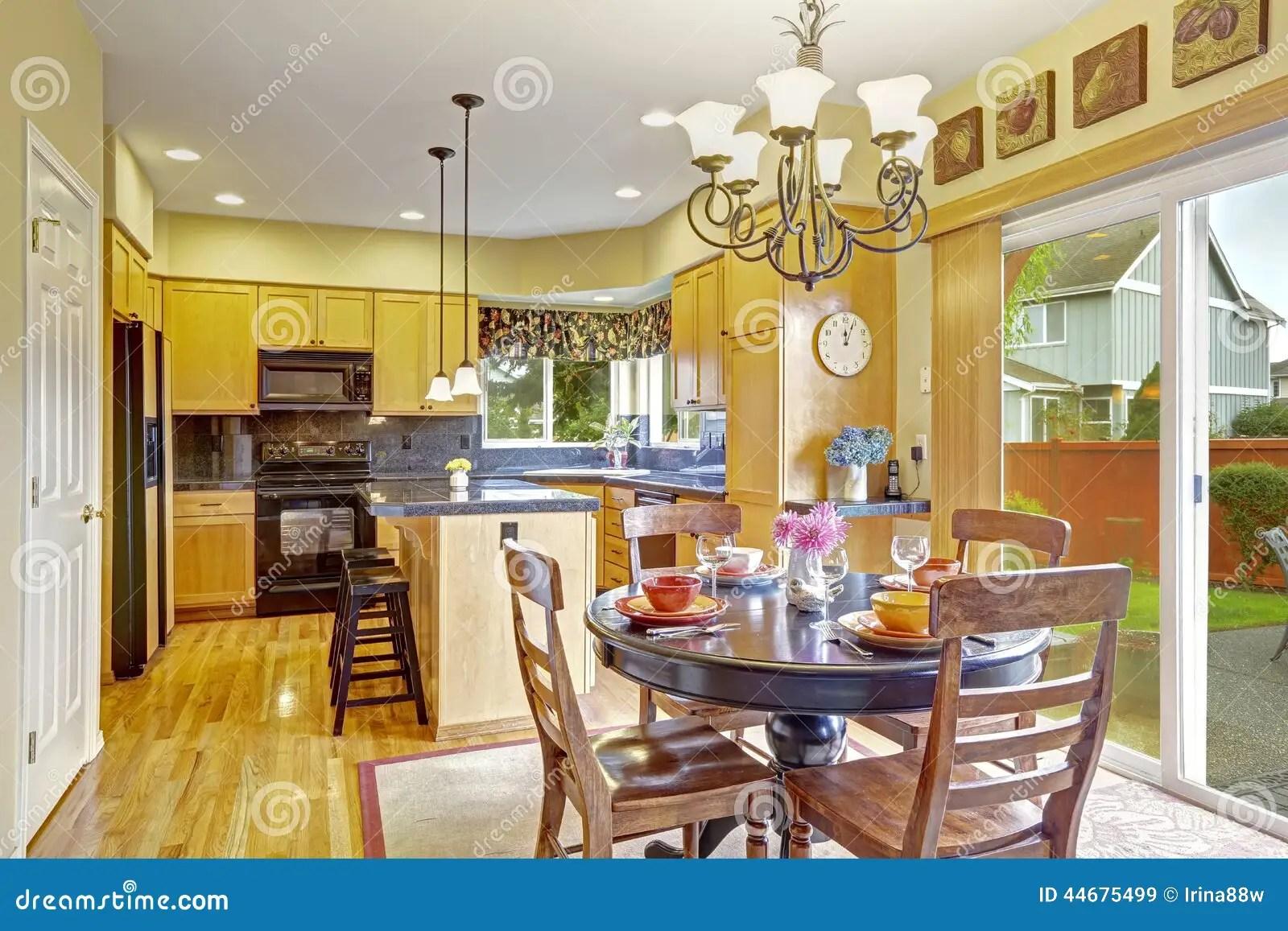 backyard kitchens hotel suites with kitchen in atlanta ga 有饭厅和出口的厨房对后院库存图片 图片包括有图象 海岛 实际 想法 明亮的饭厅在有出口的厨房屋子里对后院露台