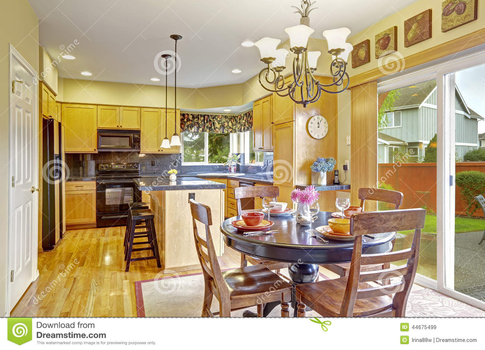 backyard kitchen designs play kitchens for boys 有饭厅和出口的厨房对后院库存图片 图片包括有图象 海岛 实际 想法 明亮的饭厅在有出口的厨房屋子里对后院露台