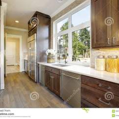 High End Kitchen Sinks Wall Racks 有高端装置的可爱的厨房库存照片 图片包括有任何地方 照亮 更新 平面 有高端装置的可爱的厨房