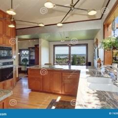 Kitchen Fixtures Remodeling Naples Fl 有高顶和现代内阁的巨大厨房室库存图片 图片包括有任何地方 装备 凳子 有花岗岩桌面 固定装置 下垂光和光的巨大厨房室定调子内阁