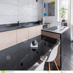 Kitchen Signs For Work Ready Made Island 有黑工作台面的厨房库存照片 图片包括有光泽 滚刀 灰色 平面 装饰 有黑工作台面和桌和白色椅子的现代和典雅的厨房
