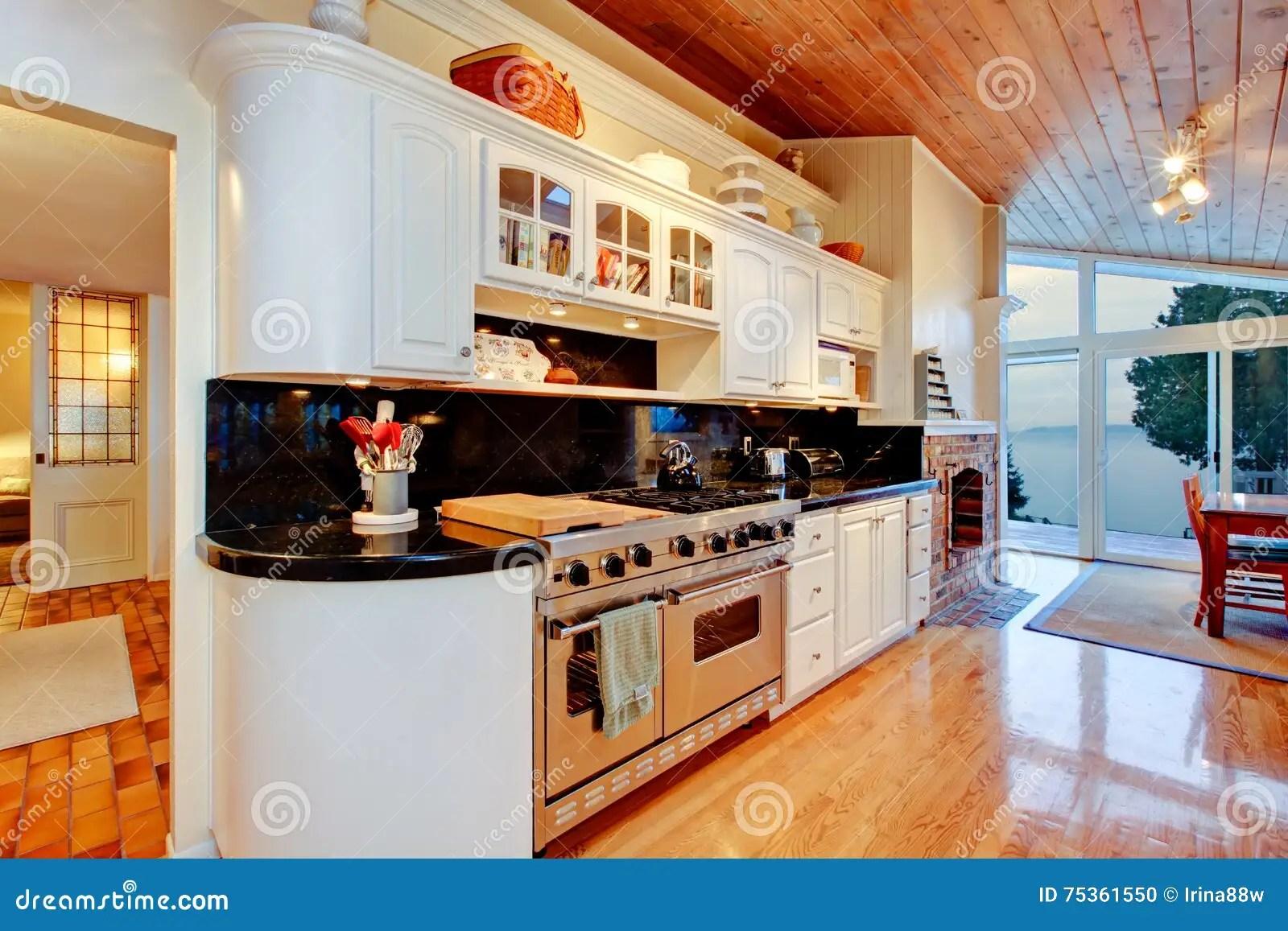 kitchen cabinets ri clothes 有黑桌面的白色厨柜在豪华房子里库存照片 图片包括有水槽 墙壁 机柜 有黑桌面 发光的硬木地板和木天花板的白色厨柜与在豪华房子内部的天窗西北 美国