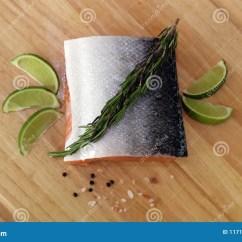 Kitchen Prep Table Knife Brands 木切板在与新鲜的红鲑鱼的厨房用桌里钓鱼盐胡椒并且撒石灰准备好烹调库存 木切板在与新鲜的红鲑鱼的厨房用桌里钓鱼盐胡椒并且撒石灰准备好烹调新烹调元素用准备好的厨师的健康食物烹调