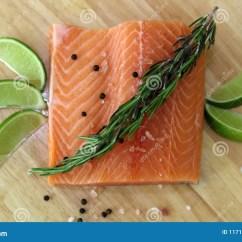 Kitchen Prep Table Design Online 木切板在与新鲜的红鲑鱼的厨房用桌里钓鱼盐胡椒并且撒石灰准备好烹调库存 木切板在与新鲜的红鲑鱼的厨房用桌里钓鱼盐胡椒并且撒石灰准备好烹调新烹调元素用准备好的厨师的健康食物烹调