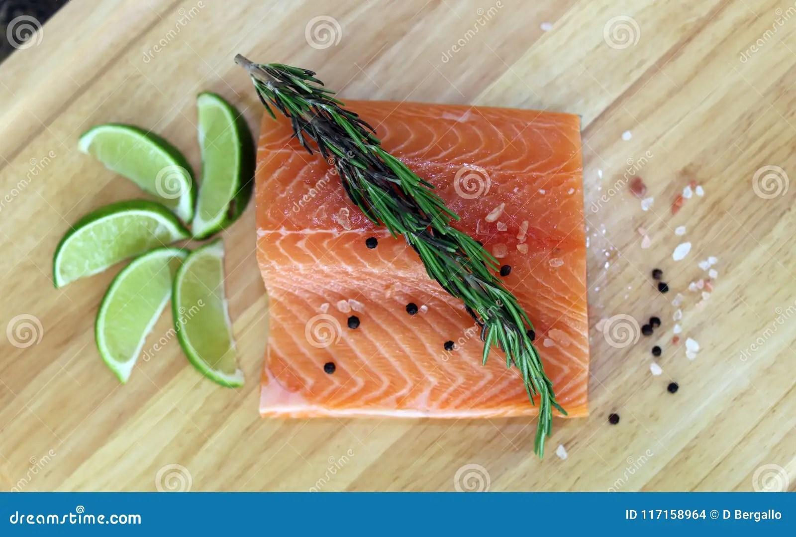 kitchen prep table sears appliances 木切板在与新鲜的红鲑鱼的厨房用桌里钓鱼盐胡椒并且撒石灰准备好烹调库存 木切板在与新鲜的红鲑鱼的厨房用桌里钓鱼盐胡椒并且撒石灰准备好烹调新烹调元素用准备好的厨师的健康食物烹调