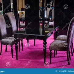 Black Kitchen Rugs Delta Izak Faucet 木桌颜色黑色光泽桌由黑暗的木经典样式制成经典厨房随员包括的黑桌和四 木桌颜色黑色光泽桌由黑暗的木经典样式制成经典厨房