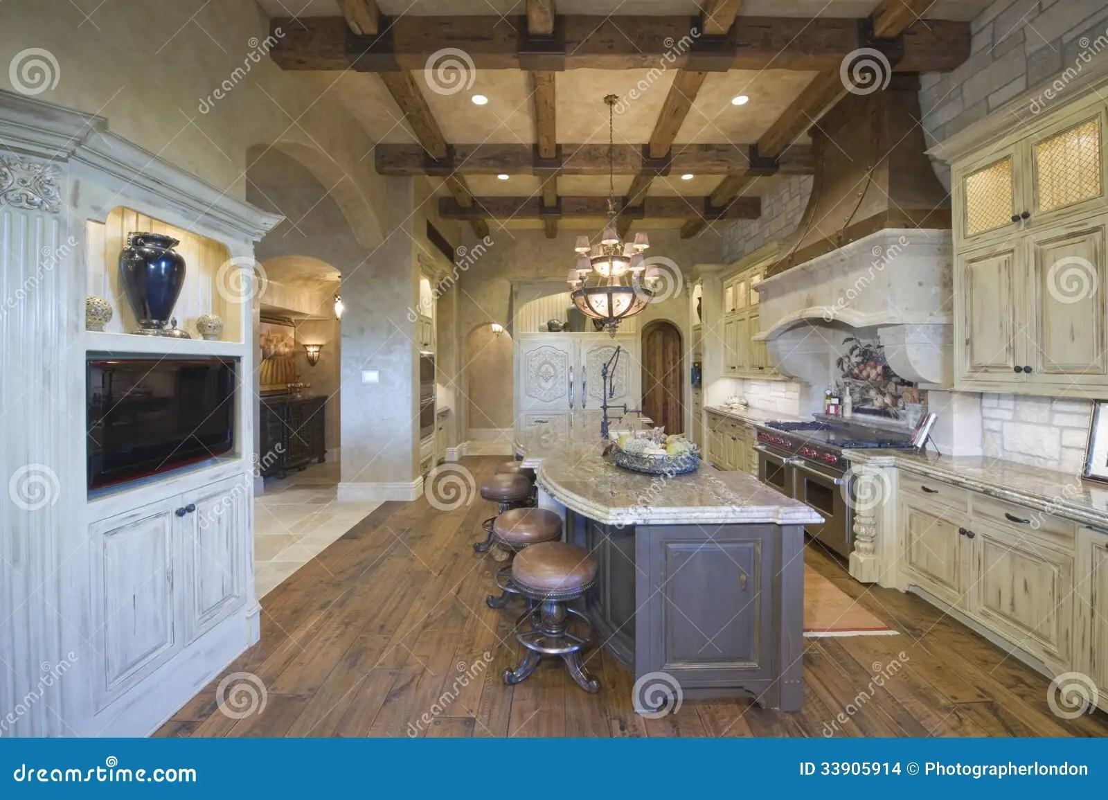 industrial kitchen stools broan exhaust fan 木头与凳子的放光的天花板在厨房库存照片 图片包括有春天 户内 家具 凳子看法在海岛的有枝形吊灯和木头的在厨房里放光了天花板