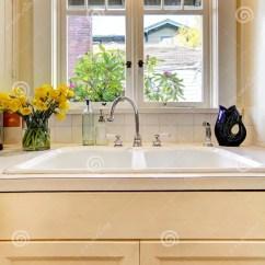 24 Kitchen Sink Faucet Hose 机柜厨房水槽白色视窗库存照片 图片包括有水槽 厨房 视窗 机柜 关闭 机柜厨房水槽白色视窗