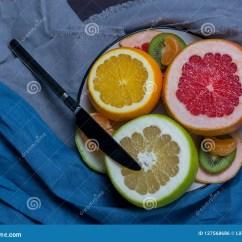 Gray Kitchen Towels Cheap Ways To Redo Cabinets 柑橘的切的果子在一块板材的在灰色蓝色毛巾黑色库存照片 图片包括有水多 柑橘的切的果子在一块板材的在灰色蓝色毛巾黑色