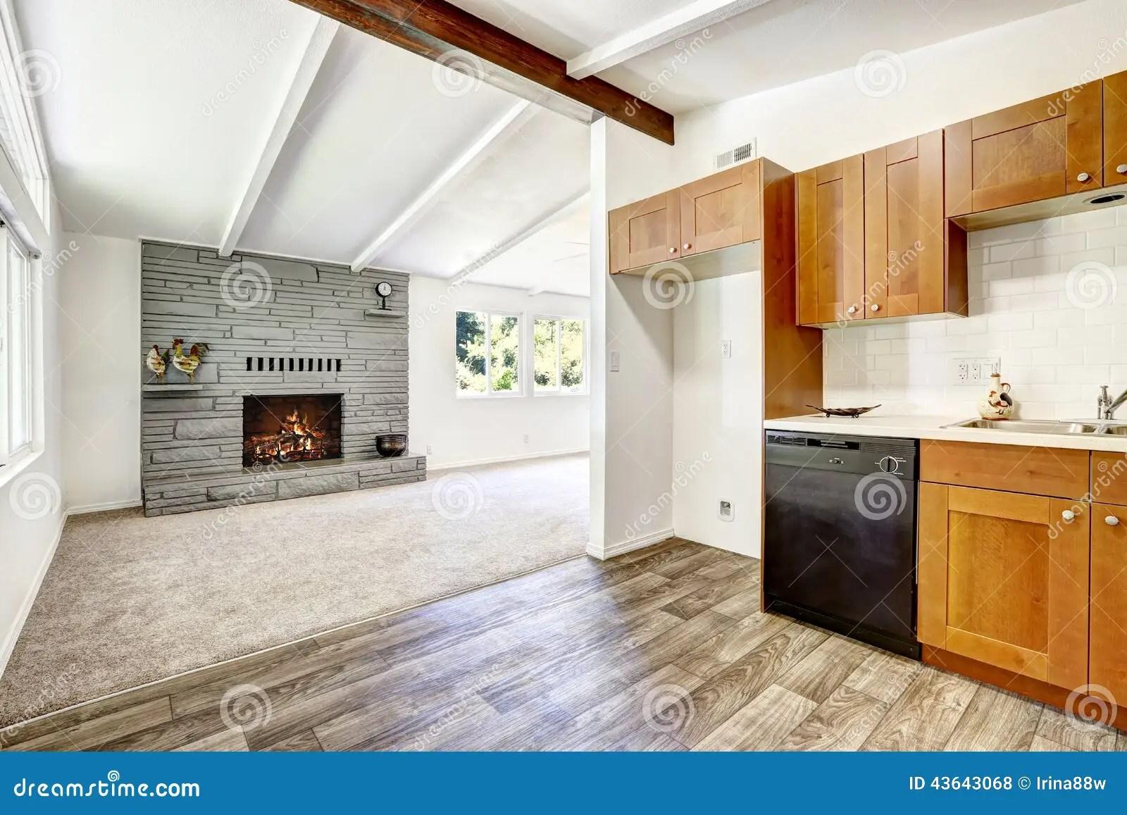 red kitchen chairs remodling 椅子门入口房子内部现代红色厨房和客厅库存照片 图片包括有机柜 干净 有黑装置的厨柜和白色瓦片墙壁整理空的客厅看法有壁炉的