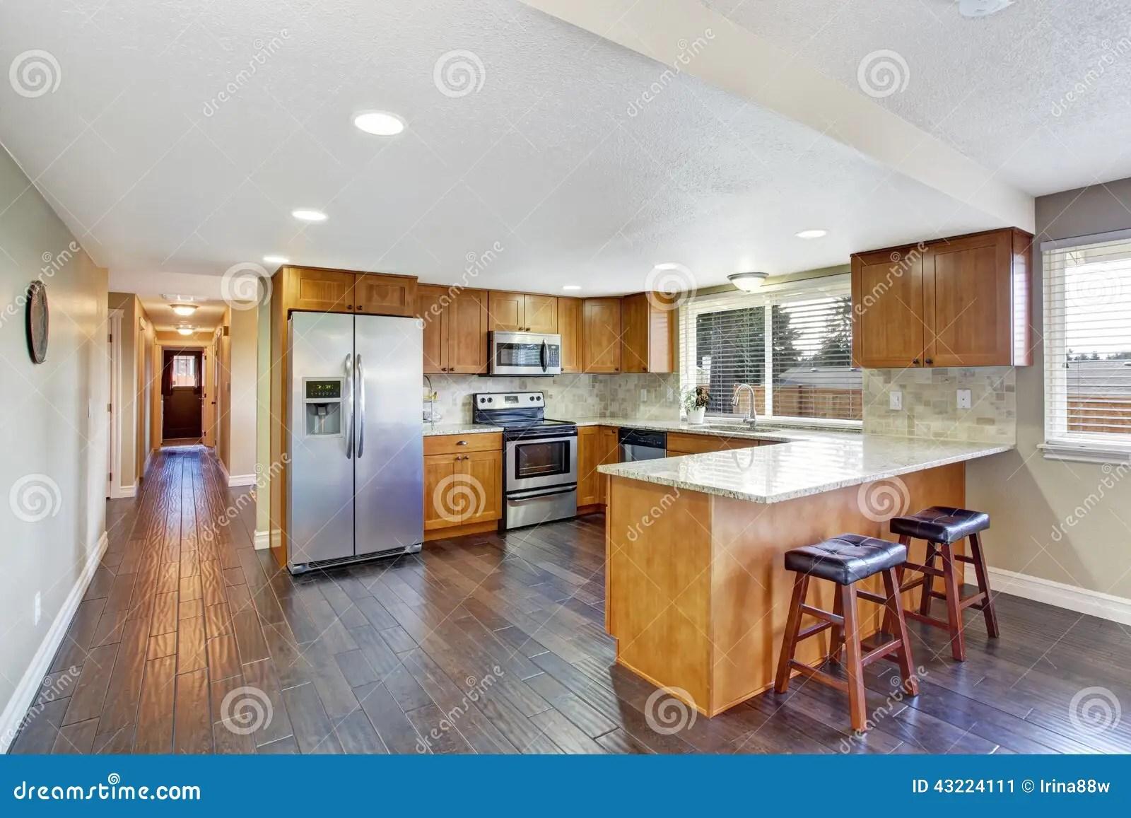 red kitchen chairs gray table and 椅子门入口房子内部现代红色厨房室和长的走廊库存图片 图片包括有内部 椅子门入口房子内部现代红色厨房室和长的走廊