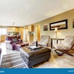 Kitchen Benches Island Chandelier 椅子门入口房子内部现代红色客厅和厨房地区库存图片 图片包括有计划 椅子门入口房子内部现代红色客厅和厨房地区伯根地皮革长沙发看法 扶手椅子 黑无背长椅和斑马打印椅子