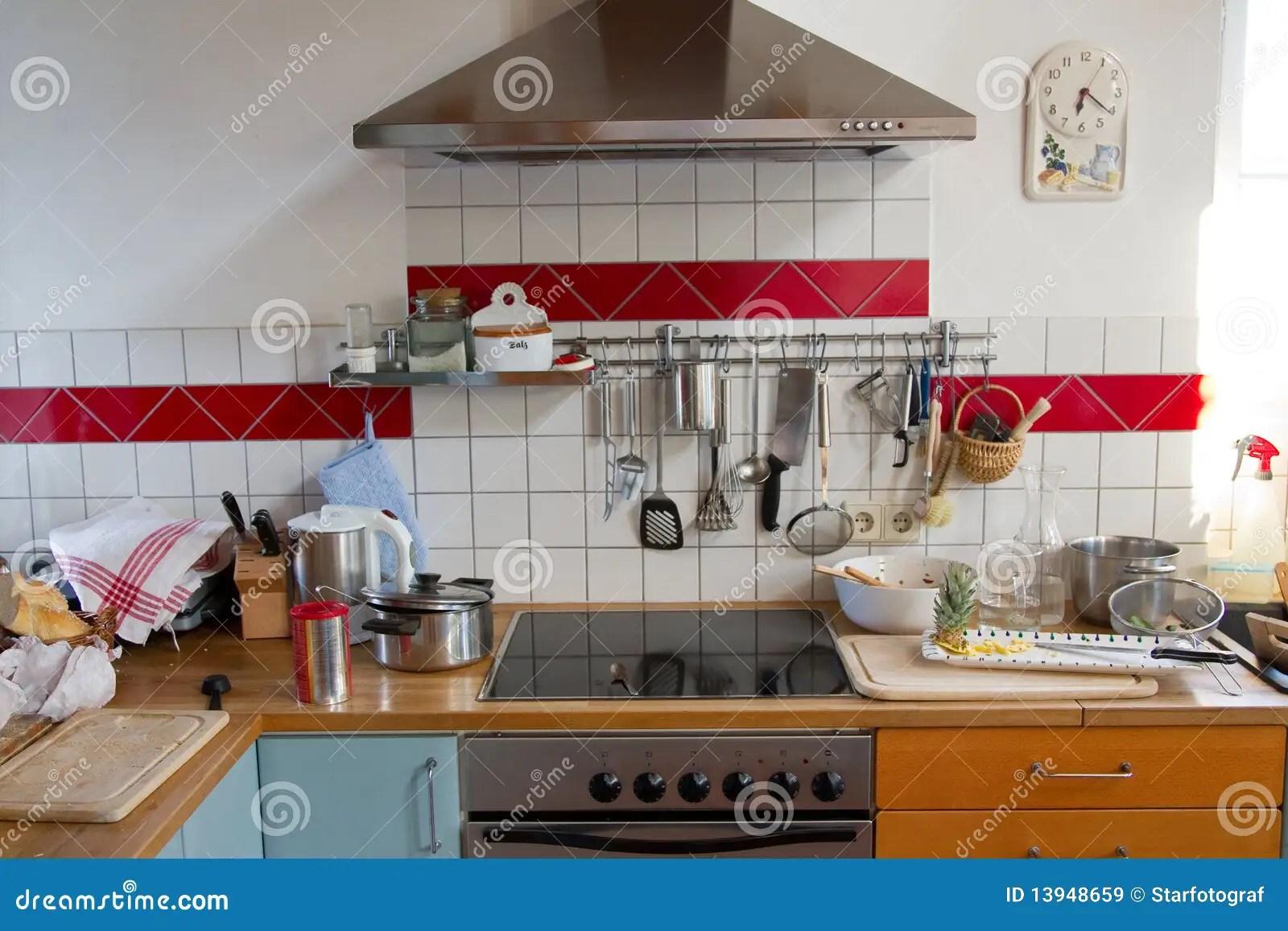in stock kitchens kitchen layout designs for small spaces 混乱厨房库存图片 图片包括有陶器 烹饪器材 发烟 折让 固定 木头 混乱厨房