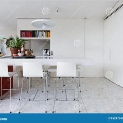 White Kitchen Bench Kohler Sinks Porcelain 清洗酥脆白色现代厨房长凳与高脚椅子库存照片 图片包括有北欧人 碗柜 清洗酥脆白色现代厨房长凳与高脚椅子
