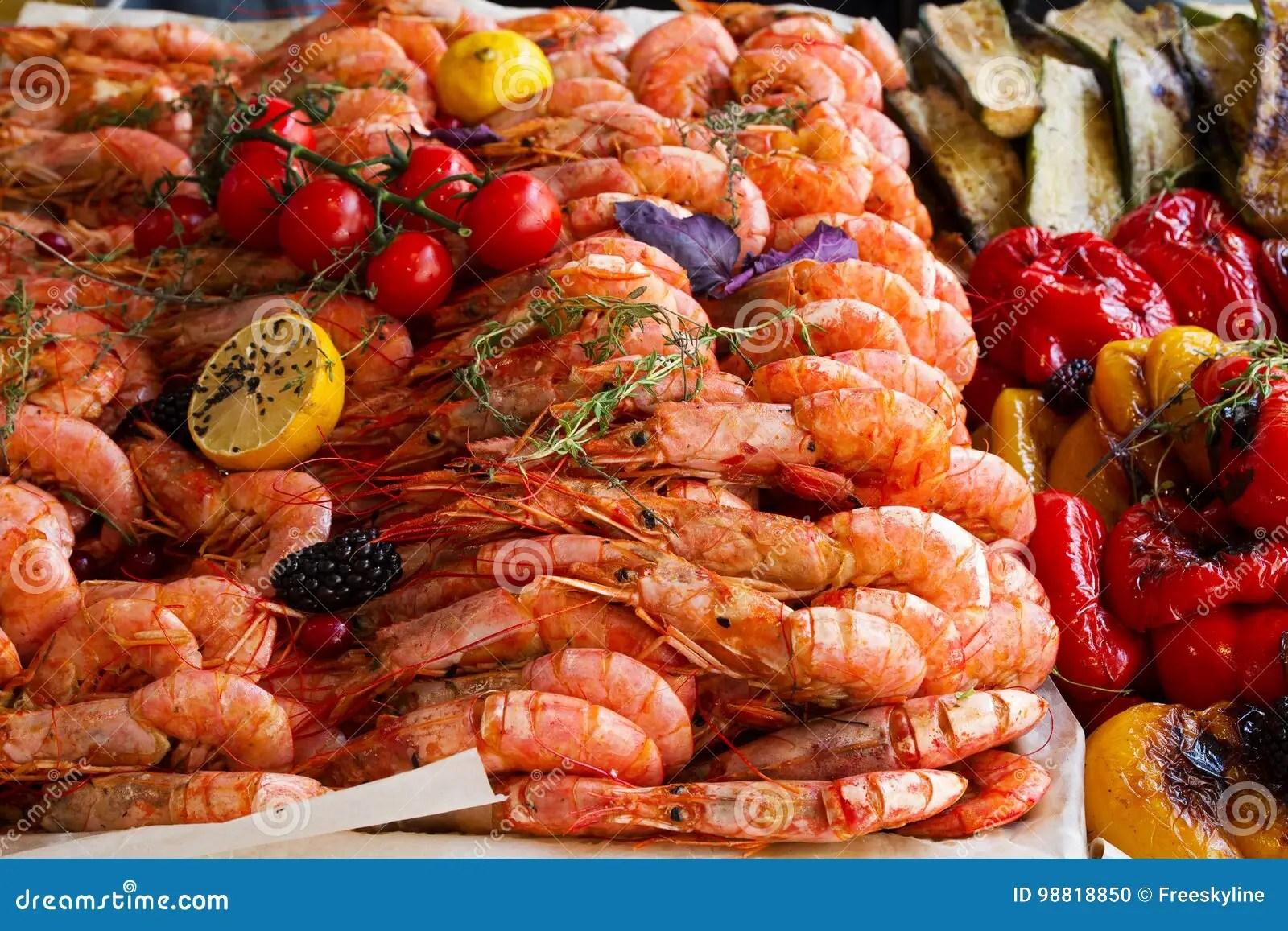kitchen booths table for 8 烤大虾 在开放街道食物厨房国际食物节日事件的食物摊位服务的柠檬和菜 在开放街道食物厨房国际食物节日事件的食物摊位