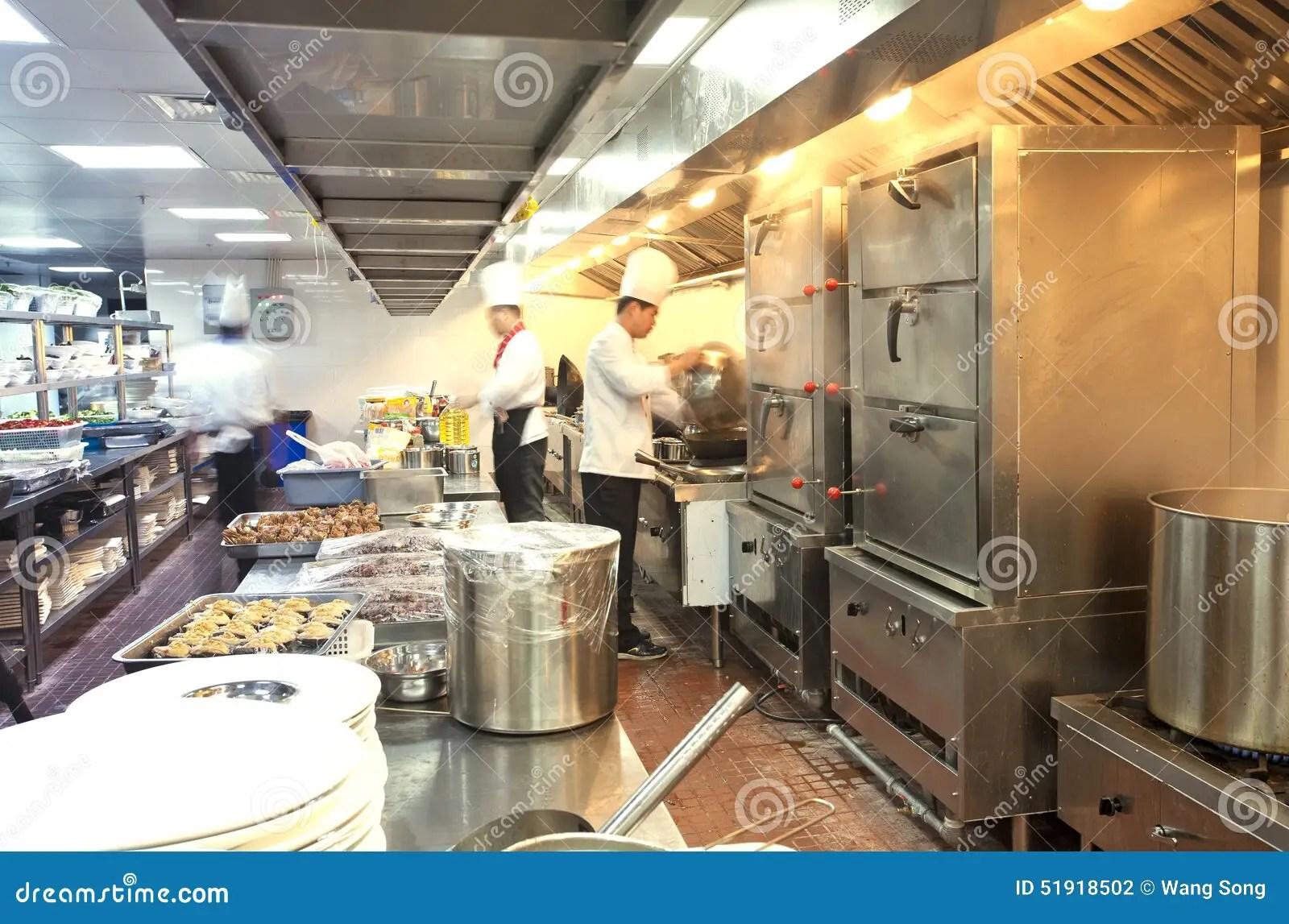 commercial kitchens kitchen cabinet molding 烹调在商业厨房的厨师图库摄影片 图片包括有工作 厨房 服务 无法认出 烹调在商业厨房 热门工作的厨师