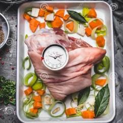 Kitchen Prep Table Plates To Hang On Wall 烹调在烘烤尝试的准备与菜和在土气厨房用桌背景的烤肉格栅定时器库存图片 烹调在烘烤尝试的准备与菜和在土气厨房用桌背景 顶视图的烤肉格栅定时器
