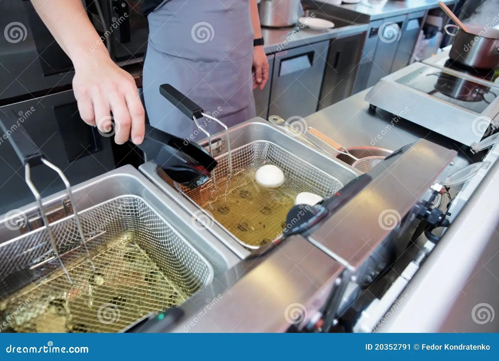 kitchen fryer tables and chairs 烹调深盘炸锅的主厨库存图片 图片包括有烤箱 充分 火炉 厨房 炸锅 烹调深盘炸锅厨房的煮沸的主厨上油餐馆