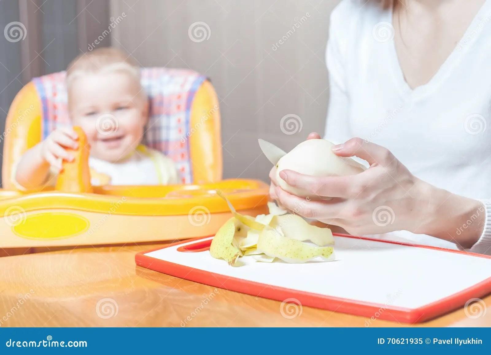 ellas kitchen baby food design and remodeling 烹调的母亲 婴儿食品的准备库存图片 图片包括有果子 厨房 饮食 婴儿 cuking的母亲 婴儿食品的准备婴孩的食物recip 婴孩关心 健康营养 膳食孩子坐高脚椅子在桌上厨房 家新鲜水果 梨 苹果 在桌上的红萝卜