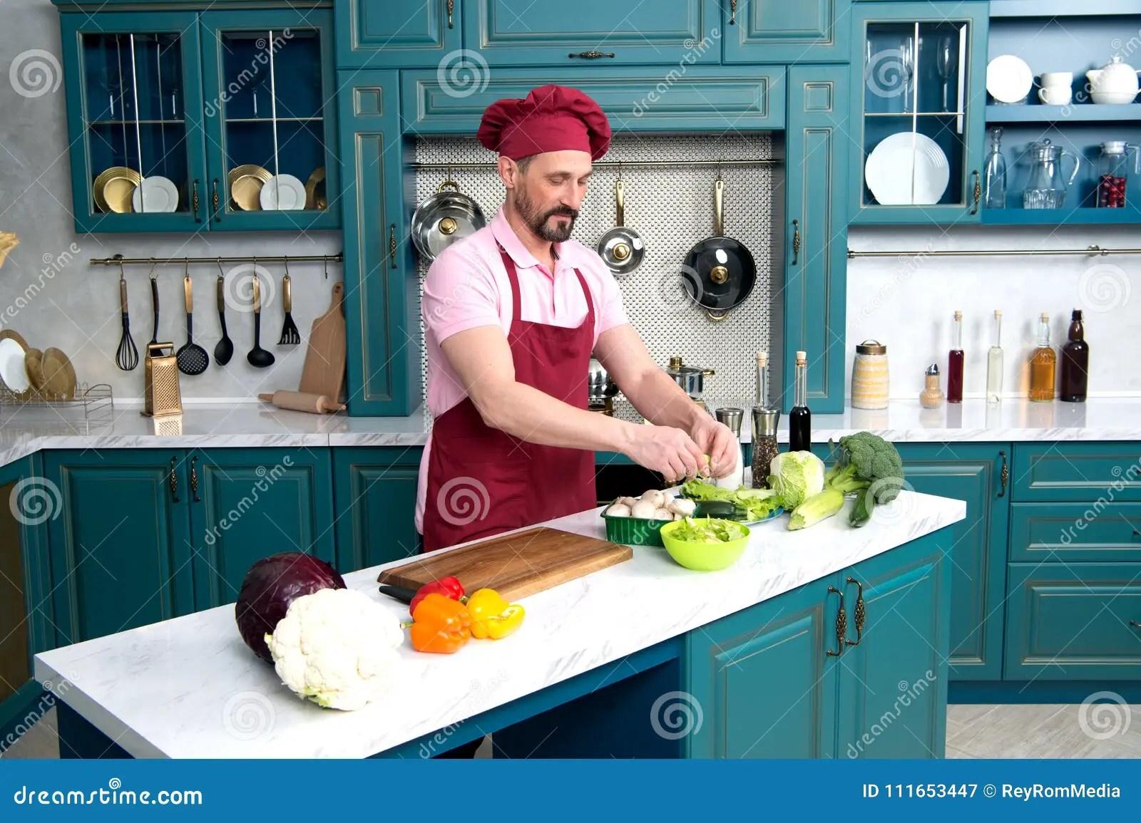 kitchen prep table one hole faucet 烹调盘厨房尝试的主厨厨房的人烹调新鲜的素食早餐人的准备与绿色菜的沙拉 厨房的人烹调新鲜的素食早餐人的准备与绿色菜的沙拉烹调盘厨房尝试的主厨为晚餐烹调的新鲜蔬菜微笑的愉快的厨师在白色桌做了沙拉