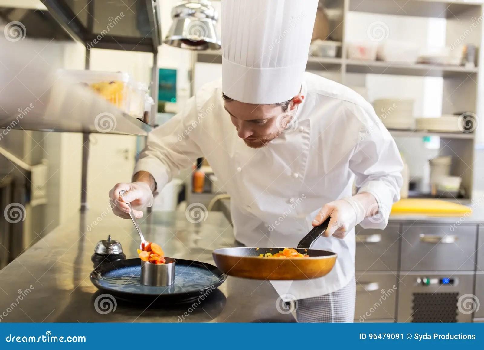 kitchen chief can lights 烹调食物的愉快的男性厨师在餐馆厨房库存图片 图片包括有厨师 装饰 烹调食物的愉快的男性厨师在餐馆厨房