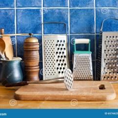 Kitchen Aid Grinder Elkay Sinks 仍然厨房生活葡萄酒器物厨具磨丝器 陶瓷水罐 匙子切板蓝色瓦片墙壁木 匙子切