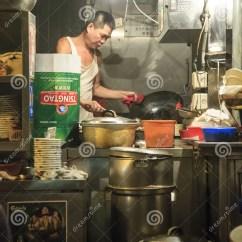 Kitchen Booths Sink Single Bowl 熟食摊位的厨师在中央 香港编辑类库存图片 图片包括有不整洁 厨房 熟食摊位或者叫的戴pai东用中文 是露天食物摊位的类型一次非常普遍在香港它描绘的是为它的绿色被绘的钢厨房 不整洁大气 缺乏空调 以及各种各样低价的伟大铁锅hei盘