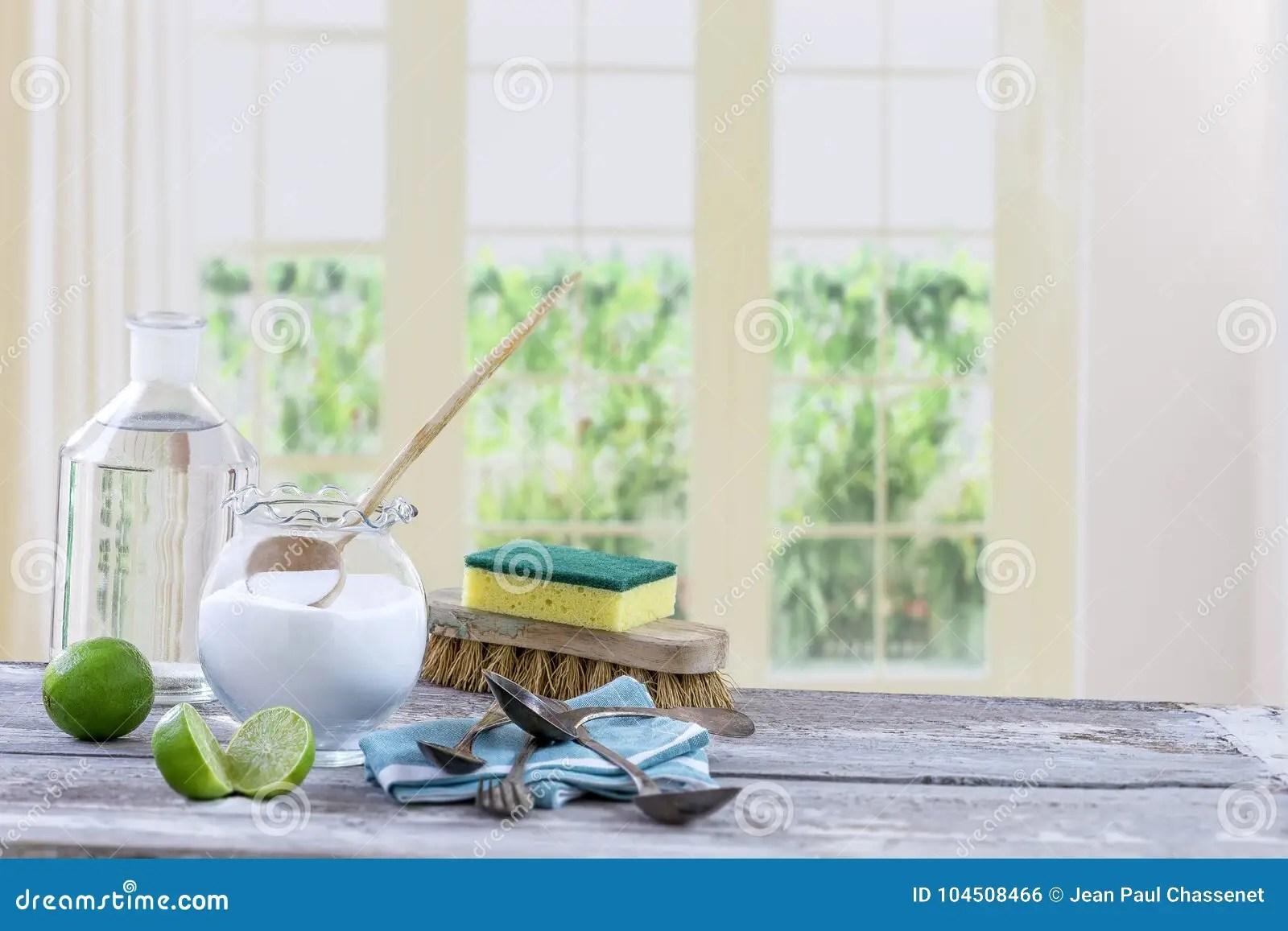 wood table kitchen ventless hood 环境友好的自然擦净剂发面苏打 柠檬和布料在木桌厨房背景 库存照片 柠檬和布料在木桌窗口背景