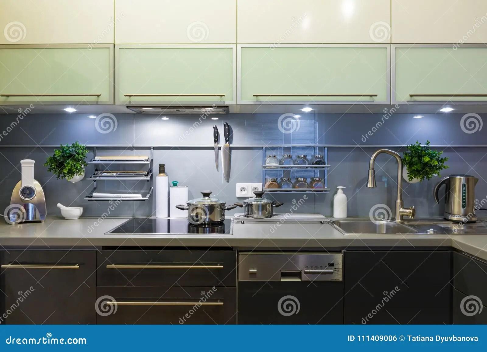 turquoise kitchen decor home depot cabinets 现代厨房在家有厨具的库存照片 图片包括有现代 膳食 装饰 刀子 滤锅 灰色颜色的现代厨房在家与厨具