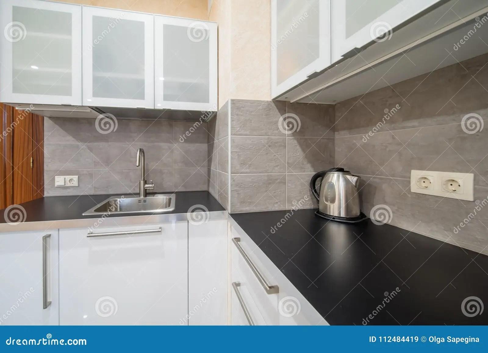 in stock kitchens kitchen cabinet shelves 现代厨房工作台面库存图片 图片包括有水壶 次幂 室内 内部 不锈 倒空与水槽和水壶的现代厨房工作台面