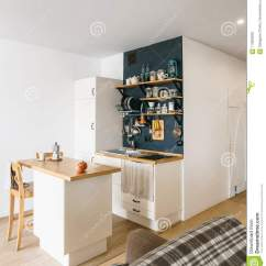 Kitchen Shelf Ideas Cabinet Paint Colors 现代家庭厨房设计顶楼和土气样式的有架子的 盘子 瓶子 杯子黑墙壁冰箱