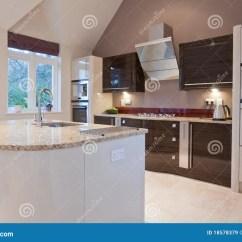 In Stock Kitchens Knotty Alder Kitchen Cabinets 现代美丽的厨房库存图片 图片包括有灌肠器 装饰 碗柜 烹饪器材 敞篷 工具美好的适合的grantite厨房现代时髦的worktops