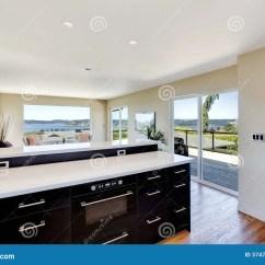 Kitchen Shelf Ideas Paula Deen 现代厨房和客厅设计 开放学制设计想法库存图片 图片包括有厨房 计数器 有黑存贮内阁的明亮的厨房对有罢工甲板的明亮的象牙客厅打开