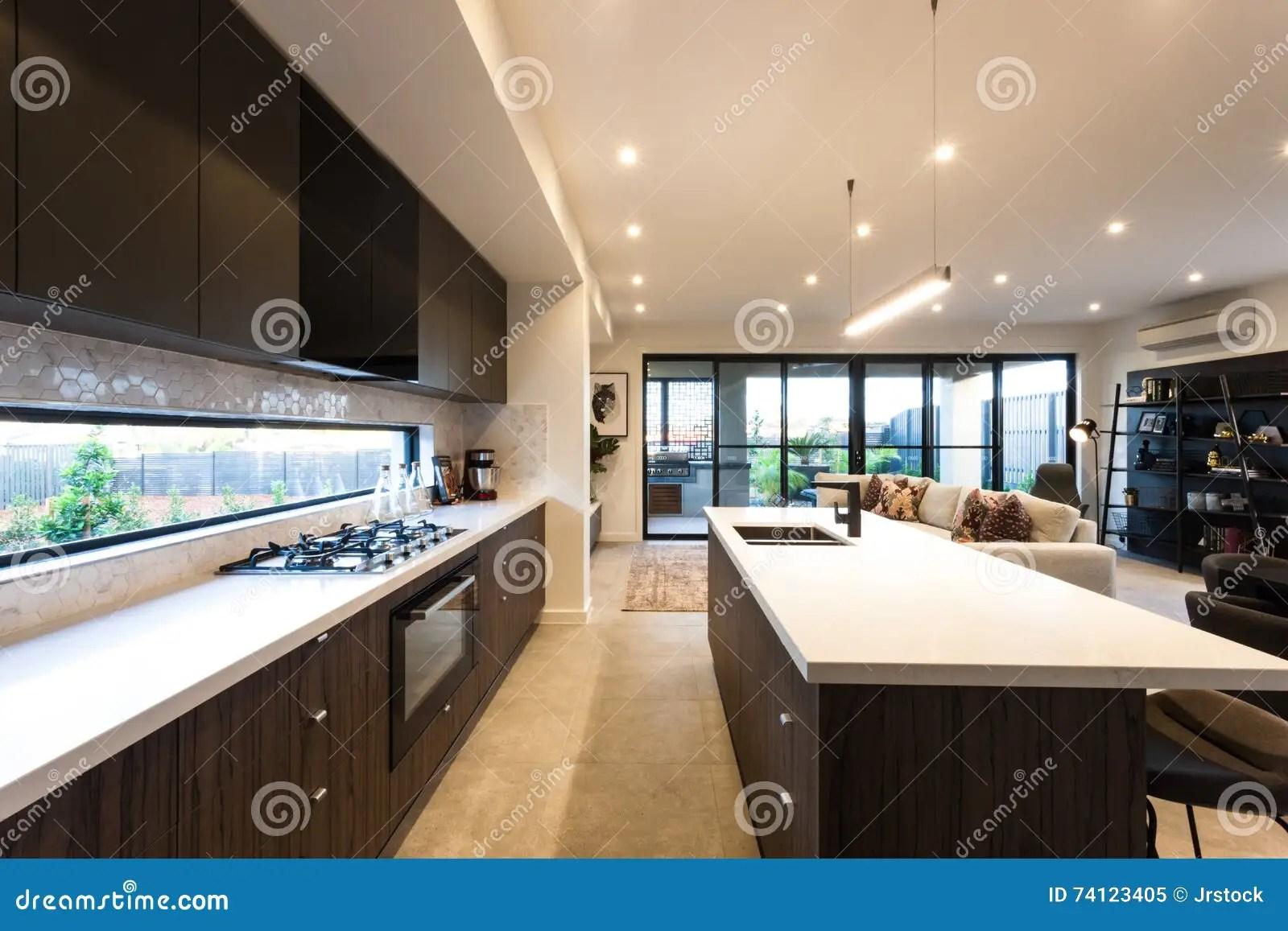 modern kitchen light towels 现代厨房照亮与云幂灯在天时间库存图片 图片包括有架子 室内 房子 现代厨房照亮与云幂灯在天时间