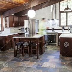 Slate Floor Kitchen Single Handle Faucet With Sprayer 现代土气厨房库存照片 图片包括有赐福 堆积 厨房 海岛 土气 最高 有板岩地板 不锈钢 白色和樱桃结束的一个现代厨房走在厨房里的人行动迷离