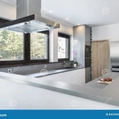 In Stock Kitchens Kitchen Chairs Wood 现代 明亮 干净 厨房室内设计库存图片 图片包括有开放 国内 装饰 与不锈钢装置的厨房室内设计在豪华房子里