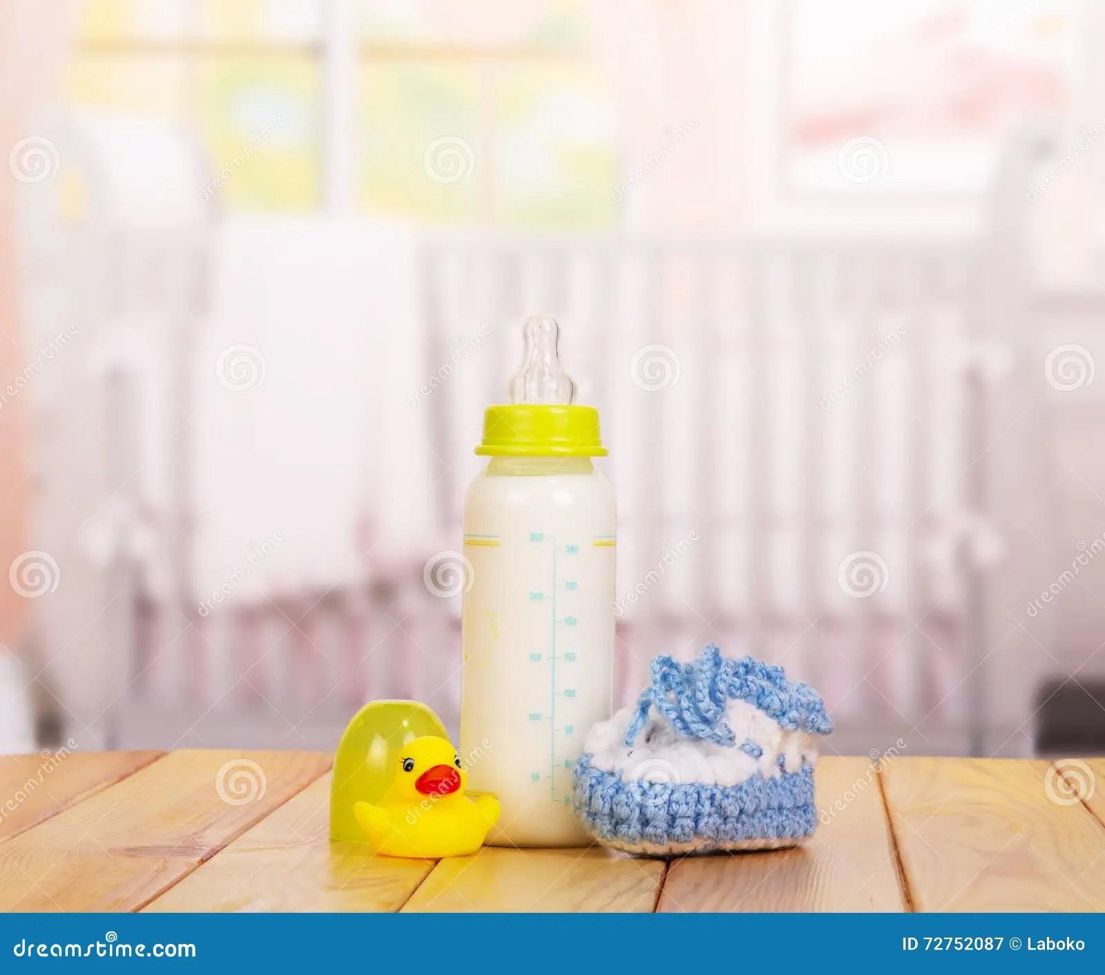 kitchen swags estimate for cabinets 瓶牛奶 蓝色赃物和橡胶鸭子在白色库存图片 图片包括有背包 每日 混合 一个瓶牛奶 蓝色赃物和橡胶鸭子在白色背景