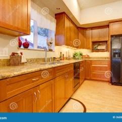 Kitchen Sink Rugs Molding 用装备的明亮的厨房室库存照片 图片包括有硬木 现代 冰箱 地毯 水槽 有木内阁和硬木地板的明亮的厨房室