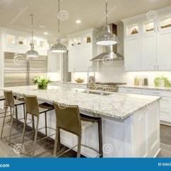 Kitchen Design Jobs Ninja System 1200 白色厨房设计在新的豪华家库存图片 图片包括有计数器 楼层 干净 平面 有现代下垂光照亮的花岗岩工作台面的白色厨房设计特点大酒吧样式厨房白色振动器内阁构筑的不锈钢装置西北 美国