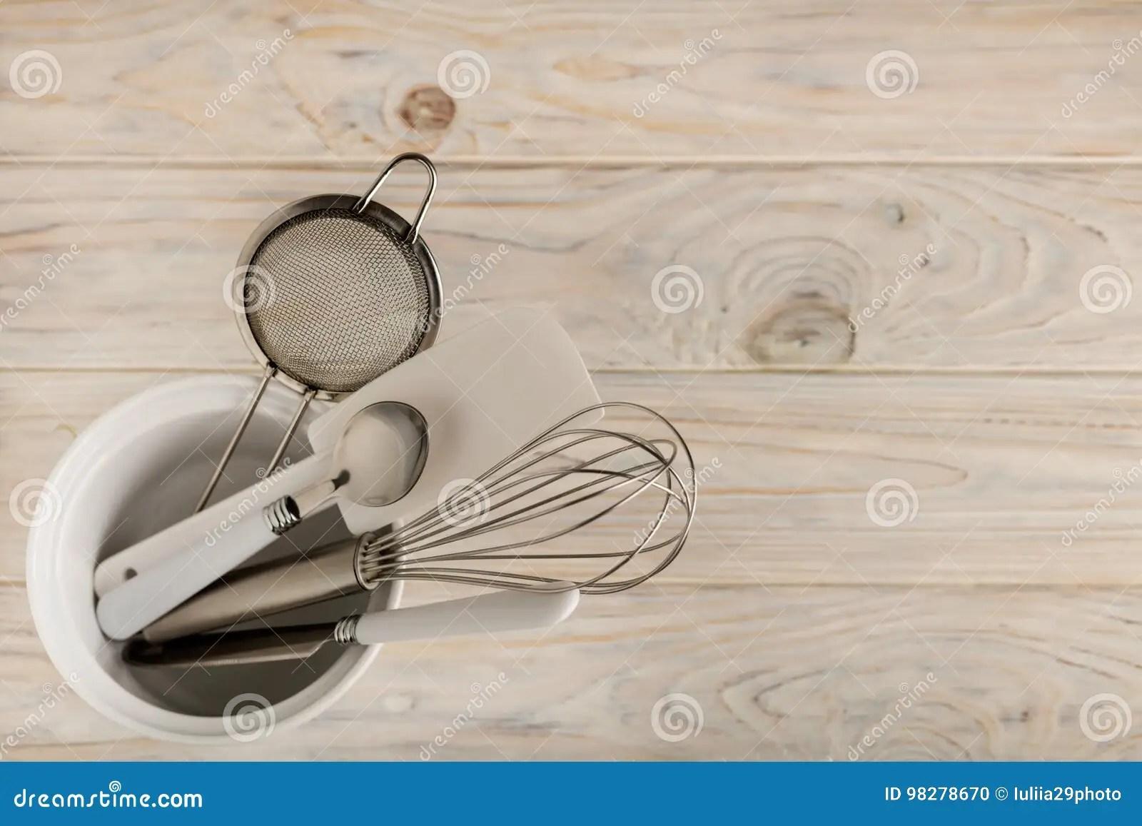 kitchen aid knives wooden stools 白色和钢颜色辅助部件厨房工具为烘烤库存照片 图片包括有陶器 刀叉餐具 白色和钢颜色辅助部件厨房工具为烘烤