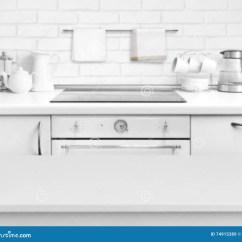 White Kitchen Bench Island With Bar 白色碾压了在defocused土气厨房长凳内部背景的桌库存图片 图片包括有水 白色碾压了在defocused土气厨房长凳内部背景的桌